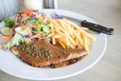 Wieprzowina kotlecików stek z sałatki i francuza dłoniakami Obrazy Stock