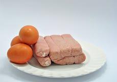 Wieprzowina kotleciki na talerzu z jajkami zdjęcia royalty free