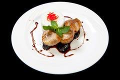 Wieprzowina medalionów stek z przycina kumberland na białym talerzu Fotografia Stock