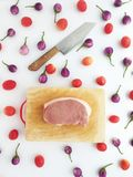Wieprzowina na tnącej desce z pomidorami obrazy stock