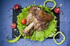 Wieprzowina ogon na grillu z sałatą i pomidorami obrazy stock