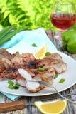 Wieprzowina piec na grillu z warzywami dalej matrycuje stół - pinkin Fotografia Stock