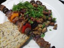 Wieprzowina posiłek na talerzu z chlebem i warzywami Zdjęcie Royalty Free
