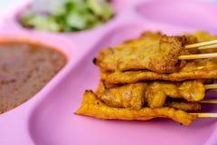 Wieprzowina Satay w menchiach rozdaje Tajlandzkiego Ulicznego jedzenie fotografia stock