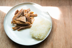 Wieprzowina smażący i kleiści ryż na drewnianym tle Fotografia Stock