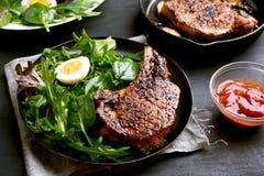 Wieprzowina stek i zielona sałatka Zdjęcie Royalty Free