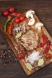 wieprzowina stek na tnącej desce fotografia royalty free