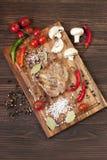 wieprzowina stek na tnącej desce obrazy royalty free