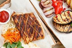Wieprzowina stku grill Słuzyć na drewnianej desce na nieociosanym stole Grill restauraci menu, serie fotografie różny Zdjęcia Royalty Free