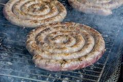 Wieprzowiny kiełbasa piec na grillu nad gorącymi węglami 2 Fotografia Royalty Free