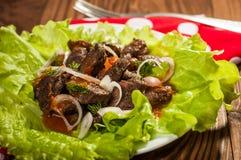 Wieprzowiny mięso piec na grillu z świeżego warzywa sałatką na białym talerzu odgórny widok Fotografia Stock