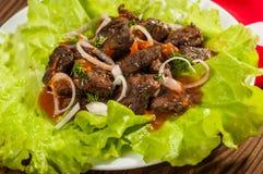 Wieprzowiny mięso piec na grillu z świeżego warzywa sałatką na białym talerzu odgórny widok Obrazy Royalty Free