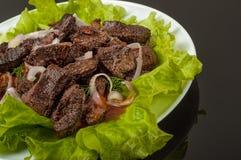 Wieprzowiny mięso piec na grillu z świeżego warzywa sałatką na białym talerzu odgórny widok Czarny gradientowy tło Zdjęcie Stock