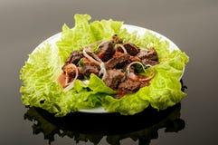 Wieprzowiny mięso piec na grillu z świeżego warzywa sałatką na białym talerzu odgórny widok Czarny gradientowy tło Obrazy Royalty Free