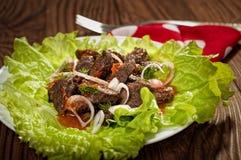 Wieprzowiny mięso piec na grillu z świeżego warzywa sałatką na białym talerzu odgórny widok Czarny gradientowy tło Fotografia Royalty Free