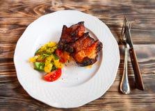 Wieprzowiny mięso piec na grillu z świeżego warzywa sałatką na białym talerzu T Zdjęcia Stock