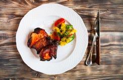 Wieprzowiny mięso piec na grillu z świeżego warzywa sałatką na białym talerzu T Fotografia Royalty Free