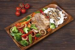 Wieprzowiny mięso piec na grillu z świeżym warzywem na talerzu fotografia stock