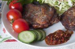 Wieprzowiny mięso piec na grillu z garnirunkiem świezi warzywa Obraz Stock