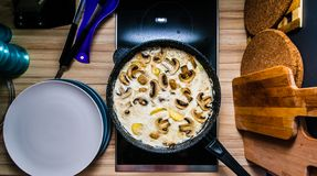 Wieprzowiny niecka z pieczarkowym kumberlandem na kuchence fotografia royalty free