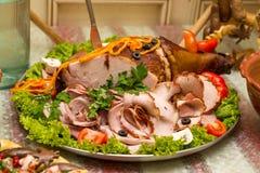 Wieprzowiny noga pokrajać na talerzu Piec pokrajać mięso Piec mięso pokrajać Zdjęcie Royalty Free