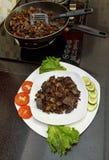 Wieprzowiny wątróbka stewed z cebulami i fasolami marchwianymi i czerwonymi fotografia stock