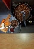 Wieprzowiny wątróbka stewed z cebulami i fasolami marchwianymi i czerwonymi Zdjęcia Stock