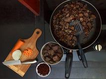 Wieprzowiny wątróbka stewed z cebulami i fasolami marchwianymi i czerwonymi Zdjęcie Royalty Free