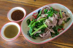 Wieprzowiny warzywo z korzennym źródłem i czyrak tajskie jedzenie obraz royalty free