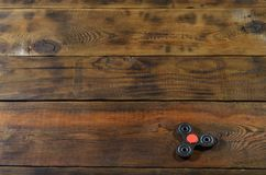 Wiercipięta kądziołka rzadcy handmade drewniani kłamstwa na brown drewnianym tle ukazują się Modny stres uśmierza obraz stock