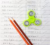 Wiercipięta kądziołka stres uśmierza zabawkę na notatnika tle Fotografia Stock