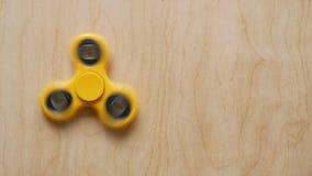 Wiercipięta kądziołka zabawka wiruje na drewnianym tle zbiory wideo