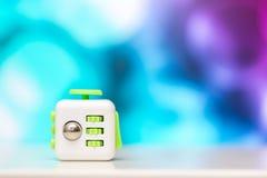 Wiercipięta sześcianu stresu anta zabawka Szczegół palcowa sztuki zabawka używać dla relaksuje Gadżet umieszczający na kolorowym  Zdjęcia Stock