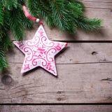 Świerkowa i dekoracyjna gwiazda na drewnianym tle Obrazy Royalty Free