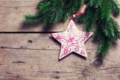 Świerkowa i dekoracyjna gwiazda na drewnianym tle Obraz Royalty Free