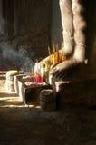 Wierook bij voeten, Angkor stock afbeeldingen