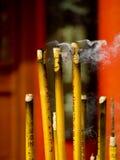 Wierook en kaars in tempel Stock Foto