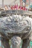 Wierookbrander in Chinese tempel Stock Foto