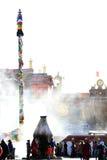 Wierookbrander vóór de poort van Jokhang-Tempel Royalty-vrije Stock Foto