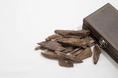 Wierookspaanders, Agarwood, rond een leerdoos, het de naam van ` s in Arabisch die Oud-Hout wordt geplaatst aan wierookdoeken wor Stock Afbeeldingen