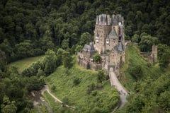 WIERSCHEM, DEUTSCHLAND, AM 30. JUNI 2017: Der Burg Eltz und das Elzbach Stockbild