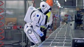 Wiertniczy proces wykonujący cyborgiem ono kontroluje fabrycznym pracownikiem zbiory