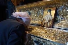 Wierzący i ikona święty Paisie Velicicovschi fotografia stock