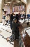 Wierzący klęczy i ono modli się w bazylice Annunciation w starym mieście Nazareth w Izrael Fotografia Stock