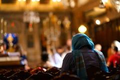 Wierzący ono modli się w kościół Świątobliwy Spiridon w Corfu zdjęcia royalty free