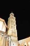 Wierza katedra święty Duje Rozszczepia nocą Obraz Stock
