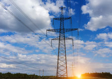 Wierza linie energetyczne i elektryczni druty, chmury przy zmierzchem Obraz Stock