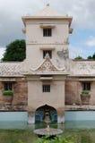 Wierza nad antycznym basenem przy taman sari wody kasztelem - królewski ogród sułtanat Jogjakarta Fotografia Royalty Free