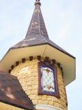 Wierza z iglica kamienia kasztelu zbliżeniem na niebieskiego nieba tle obraz stock