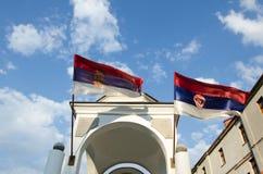 wierza z krzyża i serbian flaga Fotografia Royalty Free